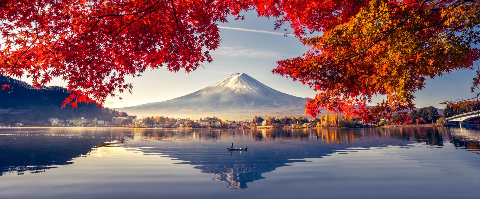 Falfestmény, kilátással a Fuji vulkánra, a tóra és a fákra, meleg és hideg színek kontrasztja